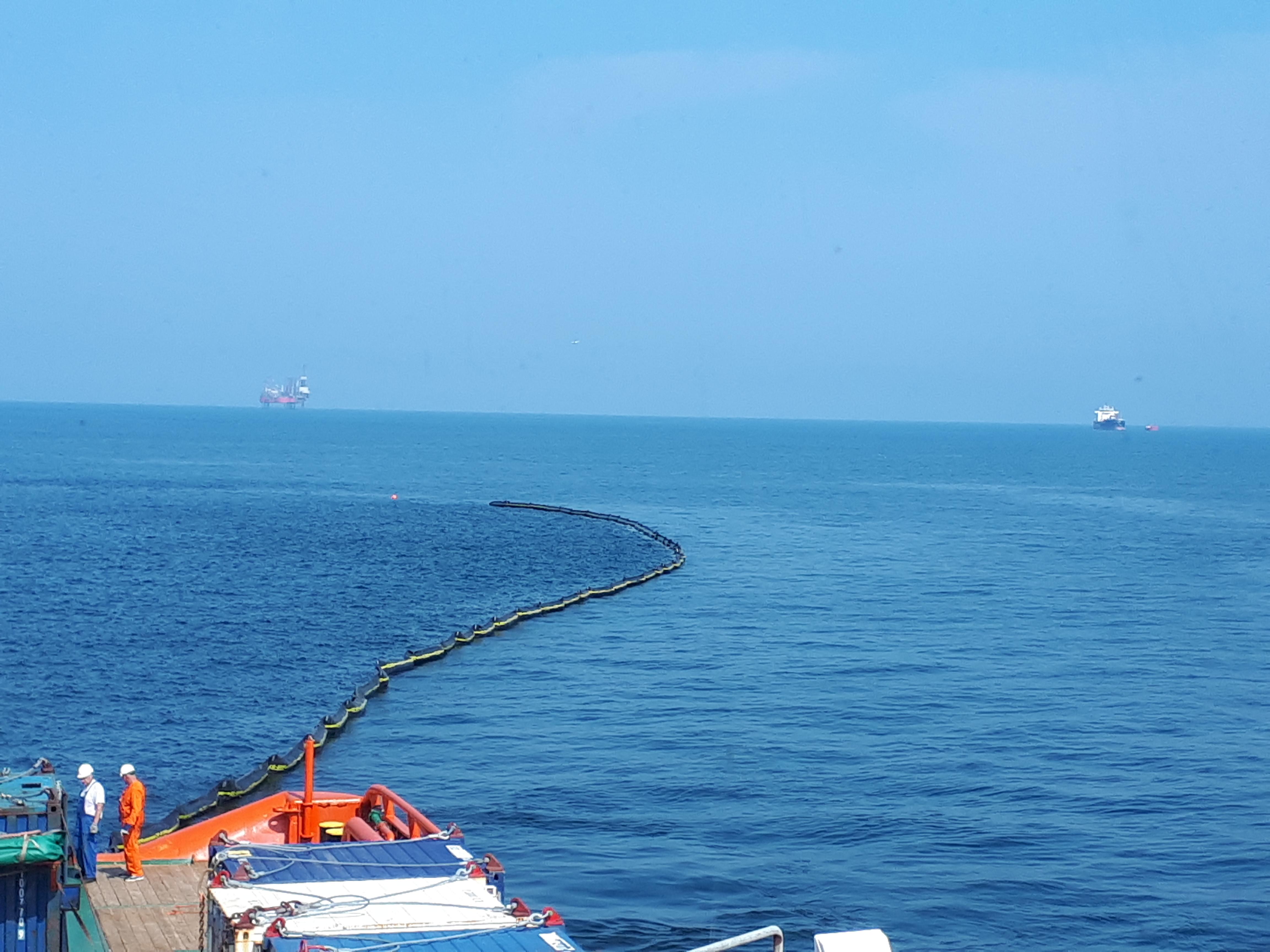 Ćwiczenia przeciwrozlewowe na złożu B8. W tle widać platformę Lotos Petrobaltic i tankowiec